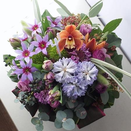 紫色の濃淡や茶系などのシックな色のフラワーアレンジメント a150121