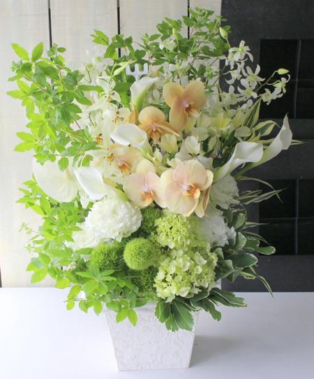 白と淡い色で上品アレンジメント a182629