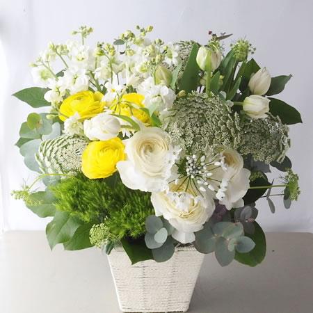 白い花に黄色を添えたお供え花 a150206