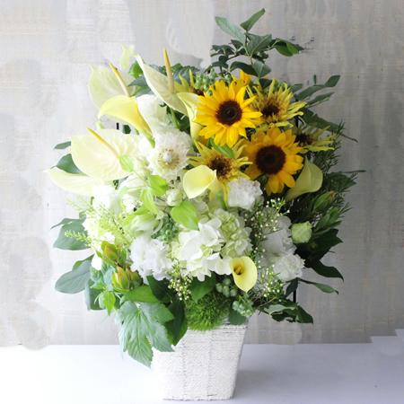 白い花とひまわりのお供え花 a180613