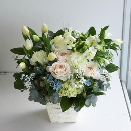 冬の白とブルーと淡いピンクのお供え花 a2021225